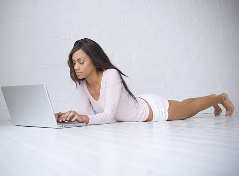 woman_online_laptop